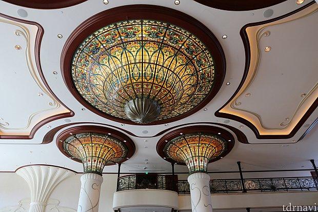 ロビー天井、ステンドグラスが素敵です❤