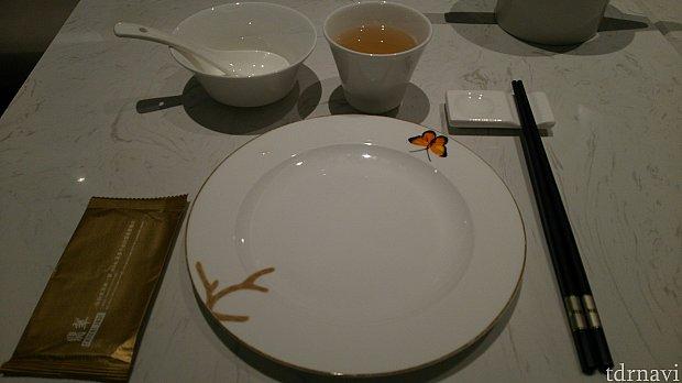 セッティングされた食器、茉莉花茶をお願いしました。