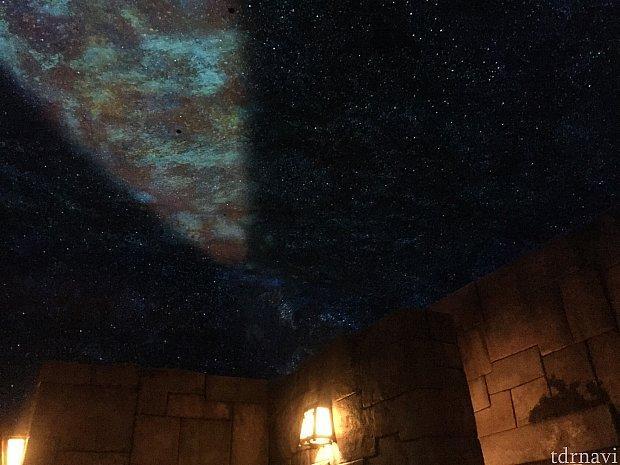 綺麗な満天の星空が広がっているQライン。空いていたらスタンバイ列に並んでみるのも良いかもしれません。