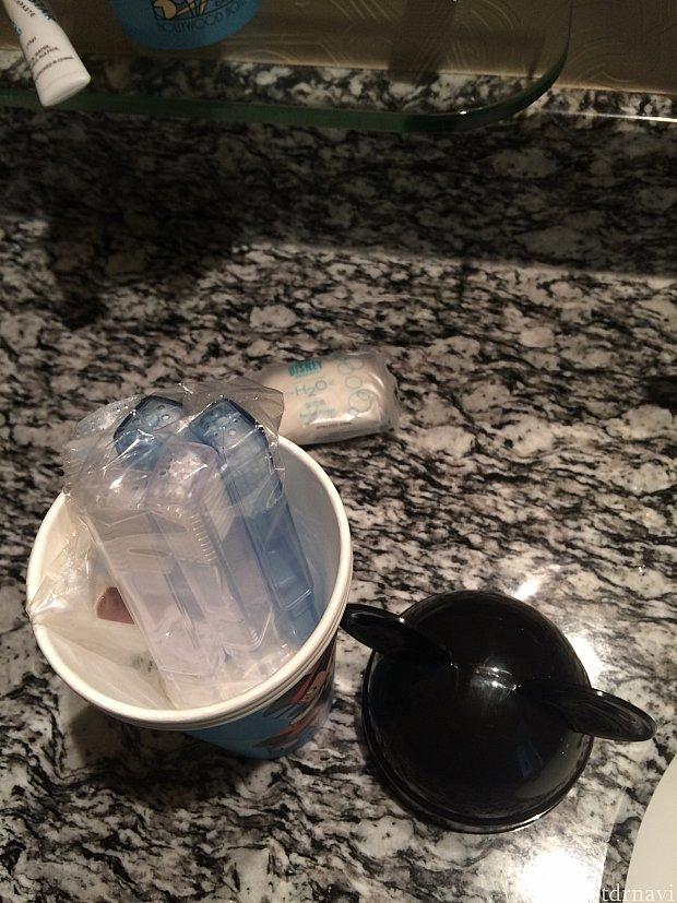 紙コップの中は、歯ブラシ4本ありました♫