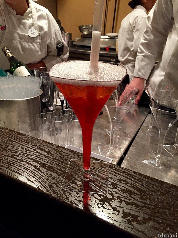 Popping Bubbles Cocktail。ザクロ味のバブルが入っているシャンパン。これは味も説明文と正に一緒で、特に驚くような味では全くなかったです。次回は注文しないと思います。(笑)