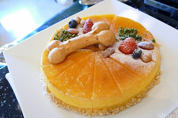 プルートをイメージしたスフレチーズケーキ! 可愛い骨も是非一緒にゲットしたいところです💓