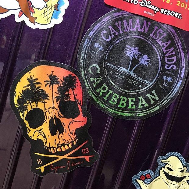 私はグランドケイマンのロゴが入ったキャップと写真のステッカーを買いました。友達はトートバッグを買っていました。早速スーツケースに貼った!