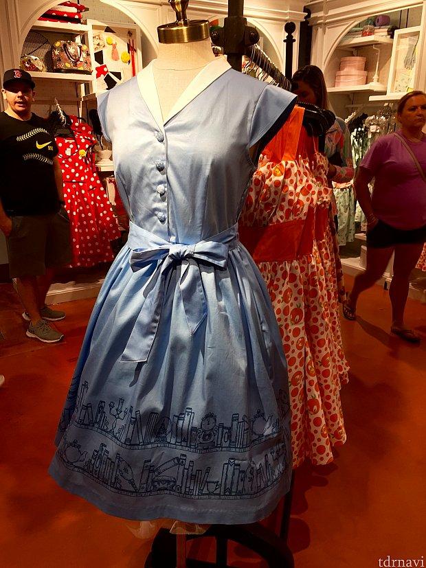 第一弾のレポートのイチオシ、美女と野獣のベルのドレス。レポートにお付き合いいただいた、まゆきさんもとってもテンション上がっていました。ドレスのお値段は$98。