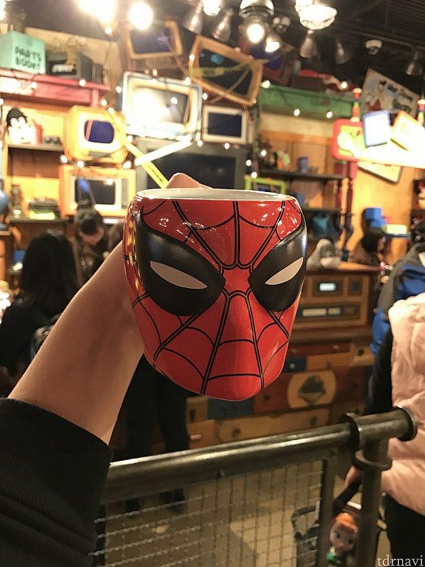 きちんとトム・ホランドくん版の新スパイダーマンの顔です!顔の中心から縦に広がる蜘蛛の糸が、2本なのがこのスーツの特徴ですね