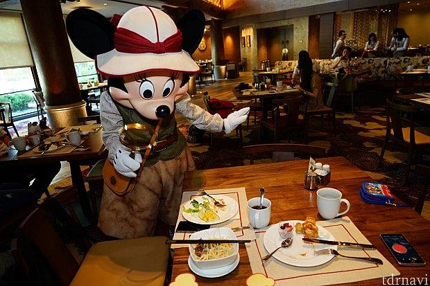 テーブルをルーペで調べて驚くミニー