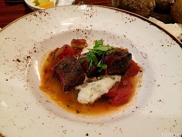これが最高に美味しかったアパタイザーの、「Grilled Wild Boar Tenderloin」イノシシ肉そのものも美味しかったんですが、添えてある煮込み野菜が本当に美味しかったです!これをメインにもっと食べたかった!