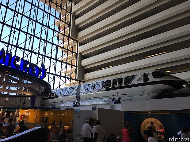 コンテンポラリーホテル4Fにモノレール乗り場があります。