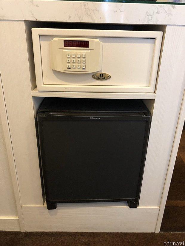 セーフティボックスや冷蔵庫も完備。