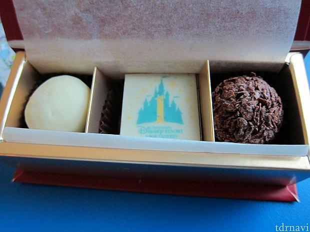 箱をあけると、1周年記念チョコレートが。