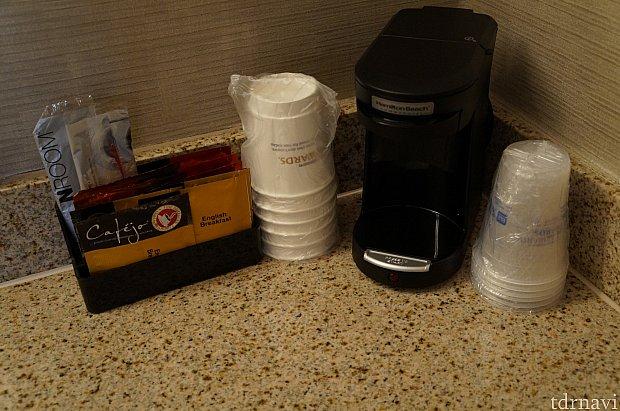 コーヒーメーカー。ホット用の紙コップとアイス用のプラスチックのコップがありました。