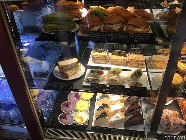 サンドイッチやケーキもあります。香港市内のスタバで売っていたコーヒー味のエッグタルトはなくて残念…