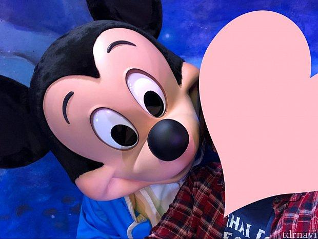 ミッキーとセルフィーしてみました。上目づかい可愛い♡