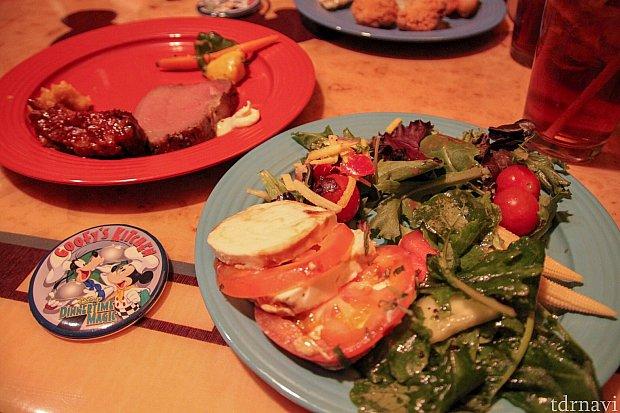 サラダも豊富。BBQのお肉も柔らかくて美味しかったです。左下に写ってる缶バッチが貰えます!