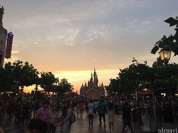 18時半の入園でしたが夕焼けが綺麗でした。