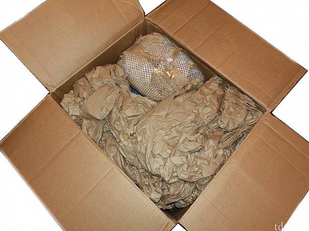 大量の緩衝材を入れて送られてきました。紙をまるめたもので、1箱分の緩衝材を広げただけで部屋は紙の海状態です。