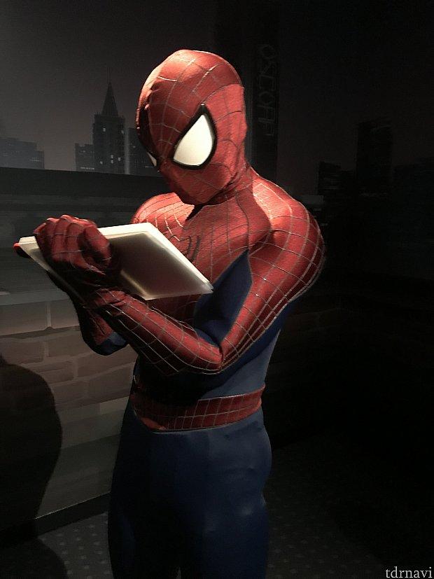 サインを書いてくれるスパイダーマン