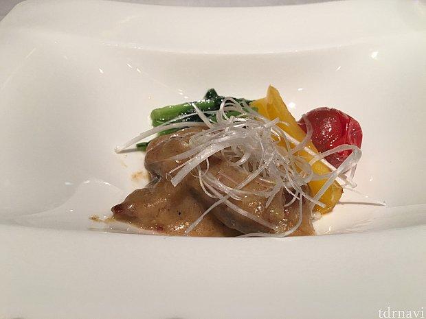 白髪葱が乗っていて美味しい牛ロースのサテソース 緑野菜ガーリク炒め添えうまい!