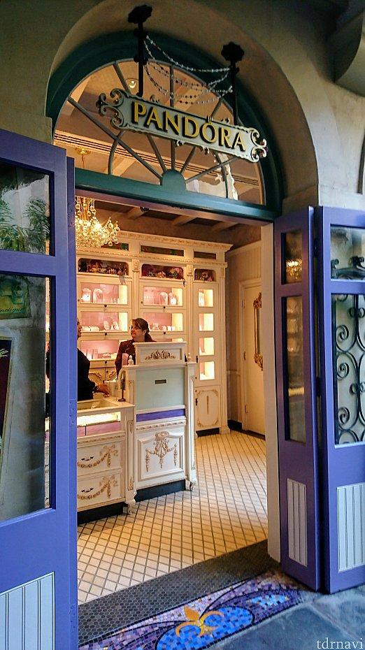 入り口からもう素敵!アイアンや床のモザイクタイルにも注目です。