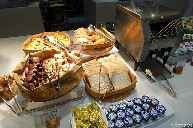 【朝食】ミッキーシェイプのマフィンや、食パンなど。トースターがあるので温められます。バターやジャムも豊富。