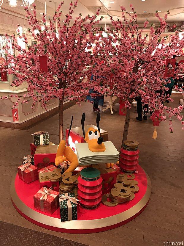 ミニーちゃんのお店の入り口に可愛く飾られていました❤️戌年のプルートも❤️