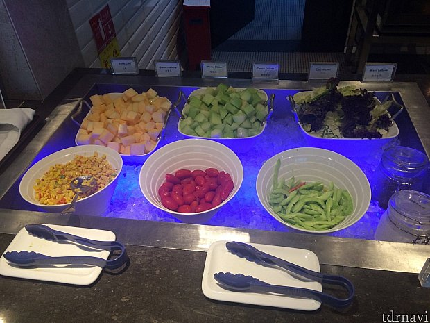野菜やドレッシングは氷でしっかりと冷やされていました。