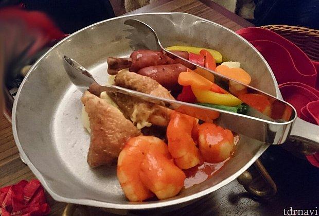 メインです。手前が海老とホタテ、右側が温野菜(赤・黄パプリカ、ブロッコリー、カリフラワー、ミッキーシェイプのニンジン、オクラ)、奥に骨付きチョリソー、左がチーズクリーム?入りのチキン(カレー風味?)、その下にマッシュポテトでした。