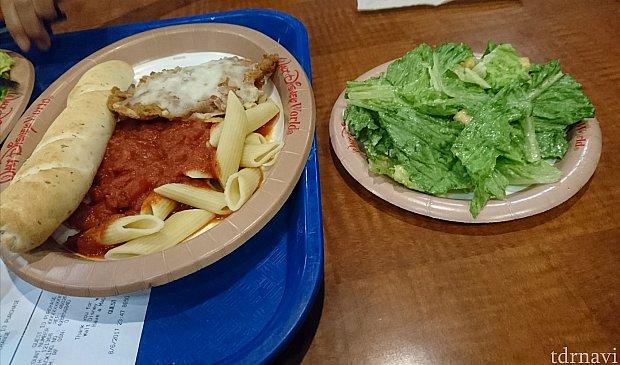 【1食目】これで1人前です。右側のサラダはシーザーサラダ、左側がパン、ショートパスタ、チーズがかかったフライドチキンです。