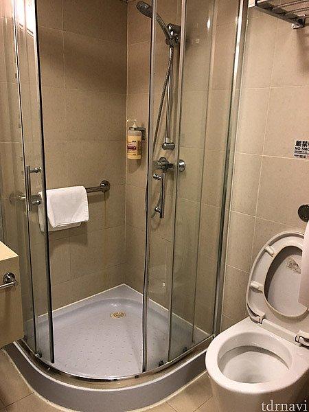シャワールームです。シャワーとトイレには写真のようにスライド式の仕切りがありますので、シャワーの水でトイレやトイレットペーパーを水浸しにしてしまうことはありません。 ボディーシャンプーや足ふきマットは備え付けられています。