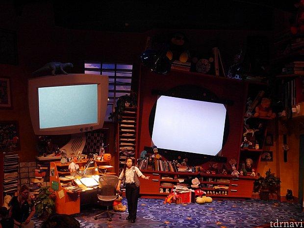 中のステージはこんな感じです。このスクリーンにアニメーターさんのお手本が映し出されます!