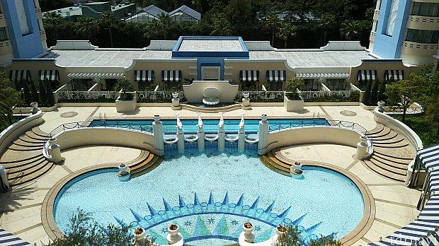 アンバサダーラウンジからはプールを眺めることができます。