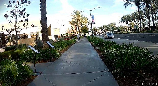 ホテルでてすぐ左側の風景です。右側に行くとディズニーリゾートがあります。