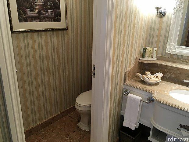シャワールームの奥はトイレ。ここは一般家庭のトイレと大きさは変わらないです