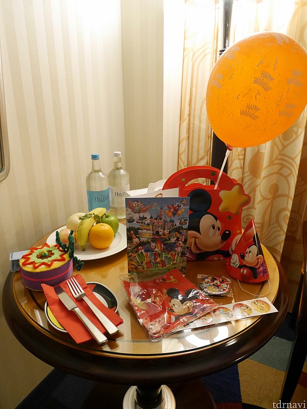 年パス使わずケーキを頼むと写真右にある風船やシール、三角帽子などもセットで付いてきます。