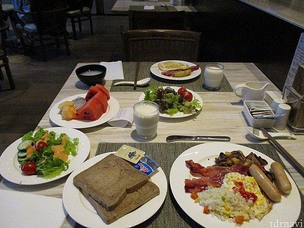 朝食 フルーツは充実してました。 サラダ類はイマイチでした。味付けが微妙なものが多く、私には合いませんでした。