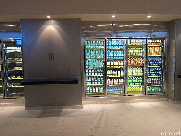 飲み物は後ろの冷蔵庫にあって青島ビールもありました。特にパスポートを提示せずとも気軽に買えました。