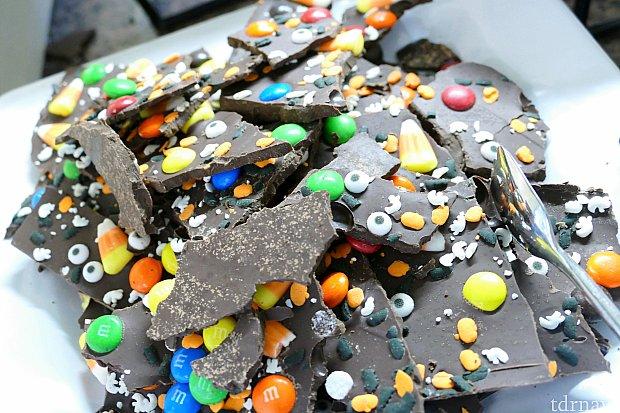 ここからはデザート!ハロウィン限定と思われる、目玉をふんだんに盛り込んだチョコレート。