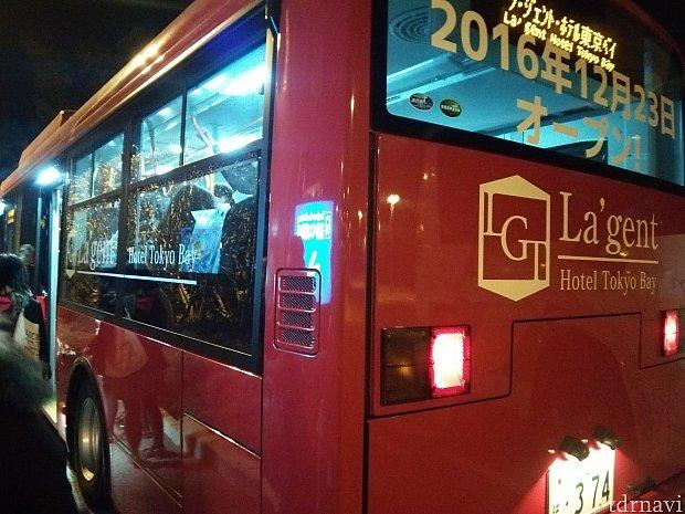 ホテルのシャトルバスです!臨時便は少し小さなマイクロバスで、色は赤ではありませんでした。