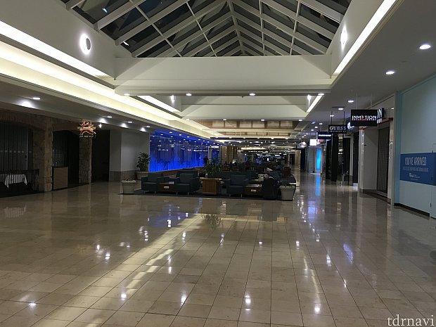 朝3時過ぎのオーランド国際空港のベンチ…そりゃまばら