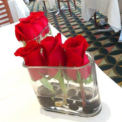 テーブルに着くと真っ赤な薔薇が迎えてくれます