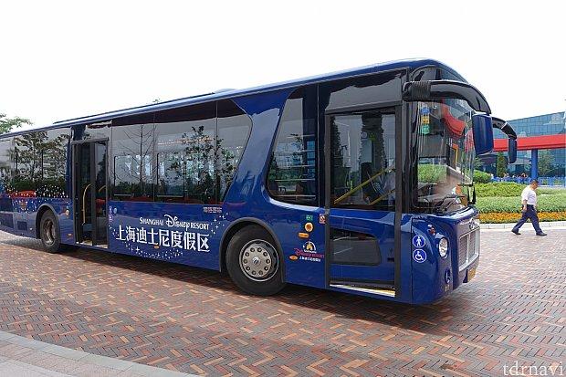 青色の車体が目印です。ただし、キャスト用の送迎バスも青色なので注意。