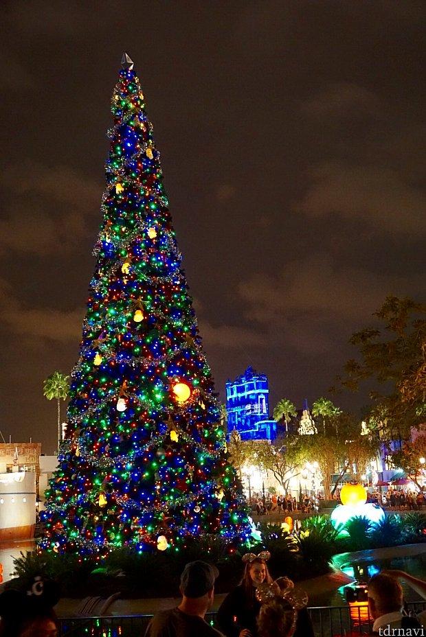 日も暮れてクリスマスデコレーションに灯りが燈ると更にクリスマス気分がアップします。向こうにハリウッドタワーホテルが見えます。