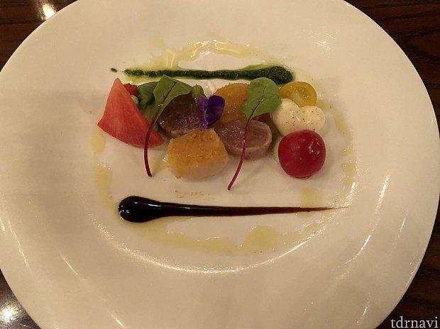 前菜🍴 2種類のソースで違う味を楽しめました。