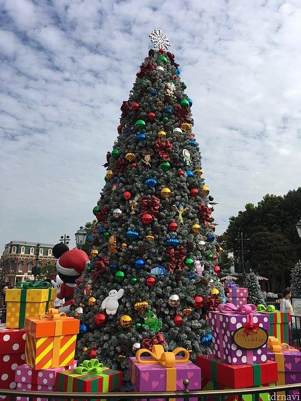 お城の向かいにもツリーが!こちらはキャラクターのオーナメントで飾られていますよ。ぜひこちらもご覧ください!
