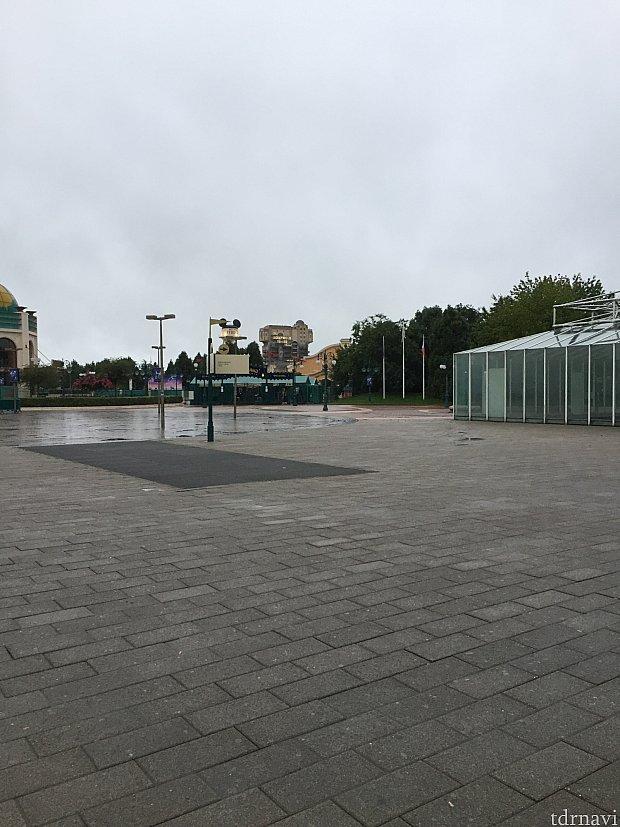 この出口からはタワーオブテラーが見えます。徒歩の場合、このまま左側へ進んでディズニーヴィレッジを通って行くとホテルに着きます。その際にはセキュリティをビレッジに入る前に通ることになります。
