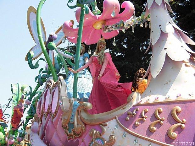 外周側・プリンセスのフロートはオーロラ姫とシンデレラ。内周側はベルです。