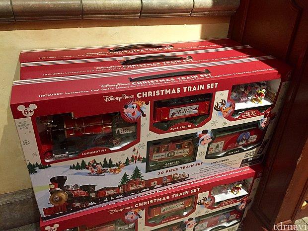そしてこれが僕が衝動買いをしてしまった「クリスマストレインセット。」めっちゃ大きい箱に汽車、線路、駅、キャラクターが入って$129.99。ダッフィーも汽車に乗っているようです。このレポートが終わったら早速箱を開けてみたいです!