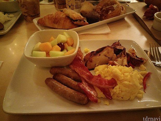 朝食:「ガストンのごちそう」はガストンサイズではなく安心しました。
