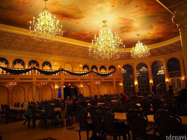 煌びやかなダンスホール! ちなみに2人がけテーブルは壁側にあります。