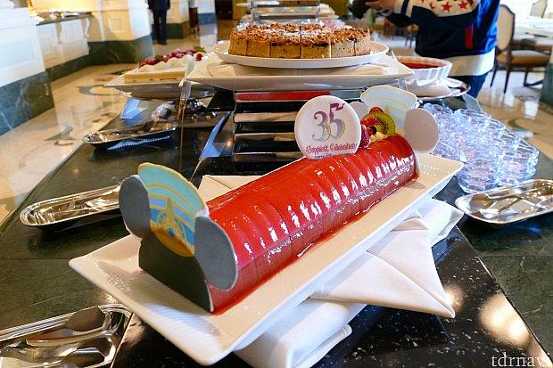 ラズベリーとチョコレートのムースケーキ!  食べやすいサイズにカットされているのでとりやすかったです✨ ラズベリーの甘酸っぱさとチョコレートの相性が抜群✨